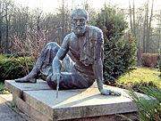 تمثال برونزي لأرخميدس في مرصد أخنهولد الفلكي في برلين. نحته Gerhard Thieme وأزاح الستار عنه في 1972.