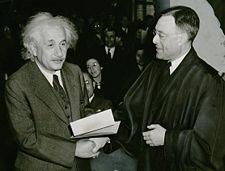 ألبرت أينشتاين يتلقى شهادة الجنسية الأمريكية من القاضي فيليپ فورمان.