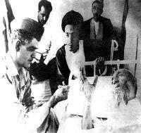 صورة نادرة لقاسم وهو يزور المرجع الشيعي محسن الحكيم في المستشفى ويظهر في الصورة محمد باقر الحكيم