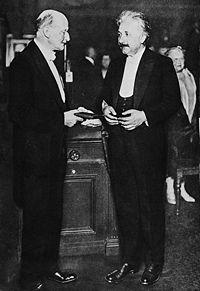 ماكس پلانك يقلد أينشتاين أول مدالية ماكس پلانك، برلين 28 يونيو، 1929