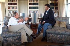 الأمير بندر بن سلطان آل سعود مع الرئيس الأمريكي السابق جورج بوش