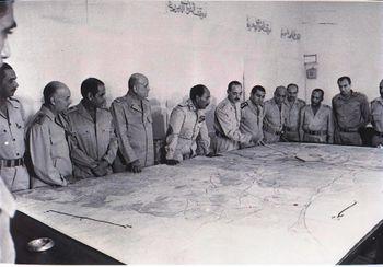 غرفة عمليات حرب أكتوبر: يمين السادات: احمد اسماعيل, محمد علي فهمي, محمد سعيدالماحى. شمال السادات: الجمسي, حسنى مبارك, فؤاد نصار