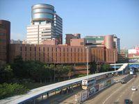 هونگ كونگ مع جامعة البوليتكنيك وبالنظر الى موقف للحافلات عبر ميناء