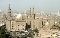 صورة لمسجد السلطان حسن (يسارا) ومسجد الرفاعي (يمينا) مأخوذة من القلعة