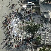 صور جوية من الصليب الأحمر الأمريكي تبين الناجين تجمعوا حول جثث في Port-au-Prince