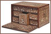 علبة خشبية من القرن 17 ، تحتوي على سبعة جوارير مُطعمة بالعاج ومزخرفة بأشكال الحيوانات ومناظر صيد على خلفية من العشب.