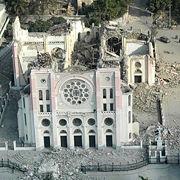 صورة جوية من الصليب الأحمر الأمريكي تبين الأضرار البالغة التي لحقت بكاتدرائية  في Port au Prince