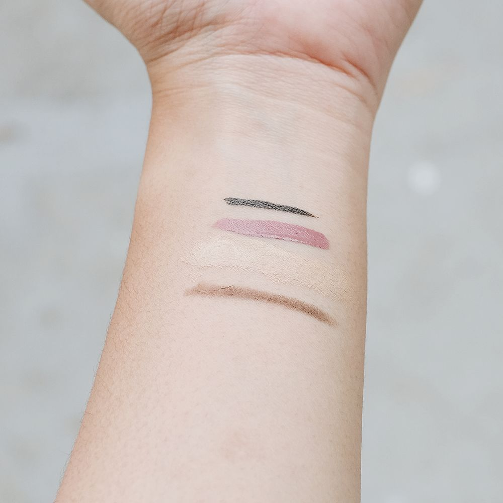 Menghapus eyeliner, lipstik matte, BB cream, dan pensil alis menggunakan Biore Perfect Cleansing Water