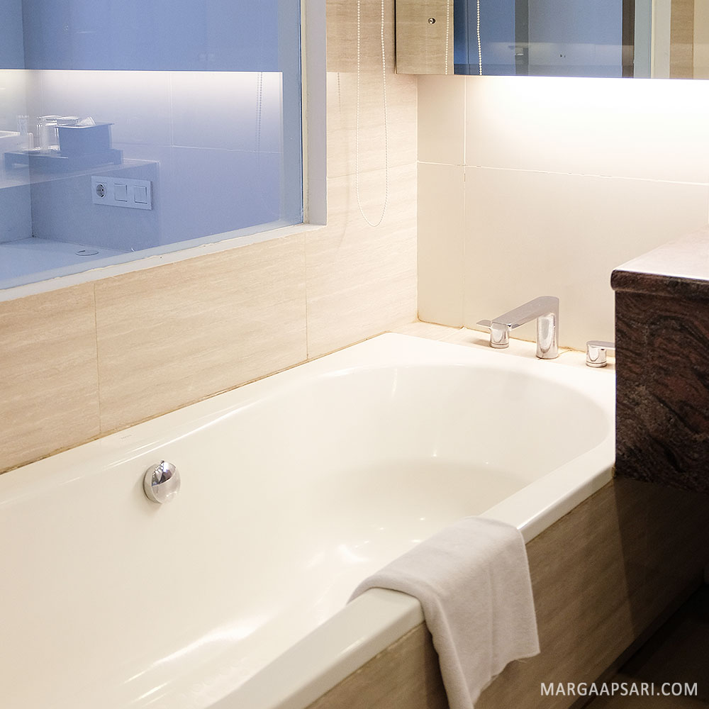 Bathtub di dalam kamar