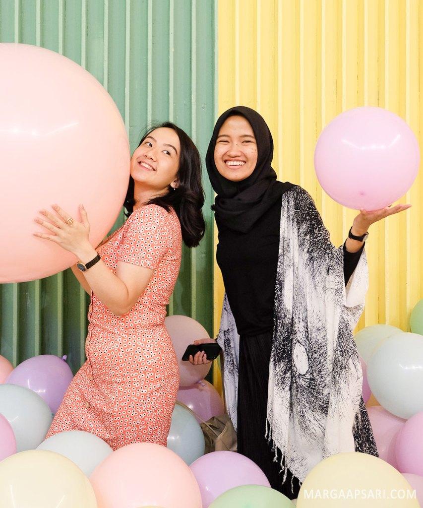 Foto di antara balon-balon gemas!