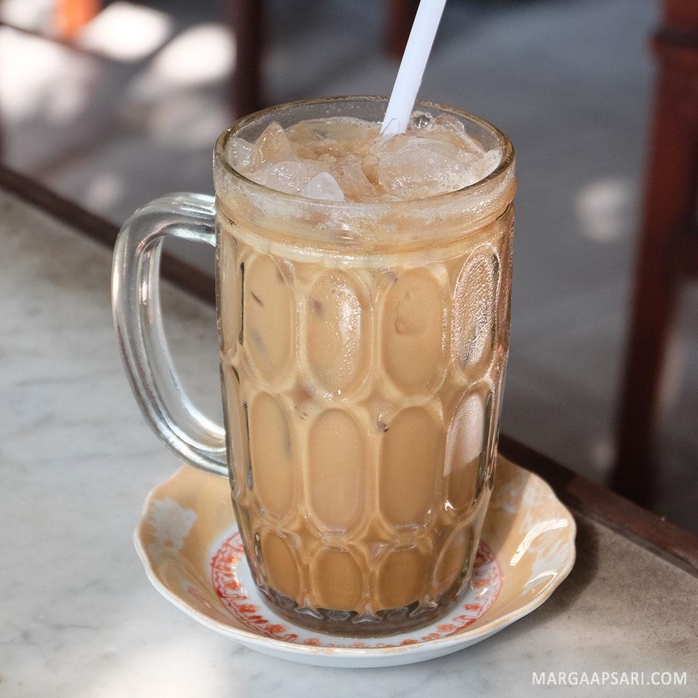 Es kopi susu di Kopi Tradisi Joas Ambon