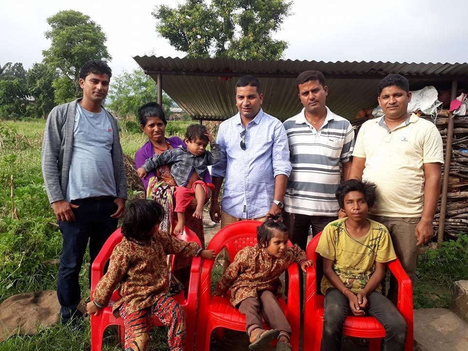 दशैमा एकै घरका ४ जना दृष्टिविहिन परिवारलाई सहयोग
