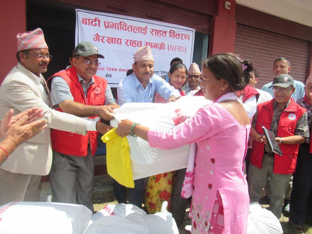 कोहलपुर रेडक्रसद्वारा ५४ घरपरिवारलाई राहत वितरण