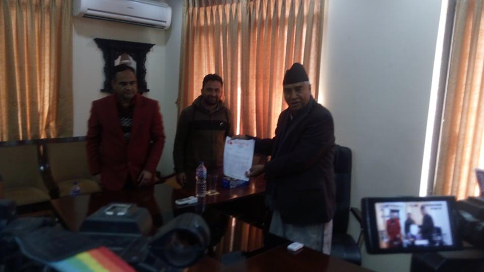 नेपाल विद्यार्थी संघका अध्यक्ष नैनसिंह महरले राजीनामा पार्टी सभापति शेरबहादुर देउवा