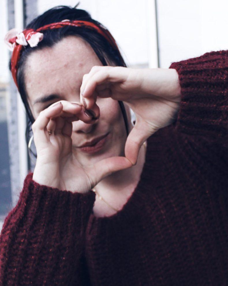 Mains faisant un coeur - amour de soi à la base d'une société plus saine