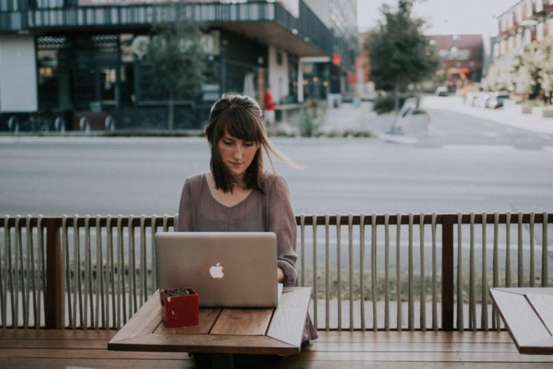 la solitude de l'entrepreneur - une femme qui travaille seule