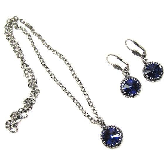Collier et boucles d'oreilles avec pierre Swarovski vintage. Le collier est également monté sur une chaîne antique en argent. Une pièce unique et magnifique.