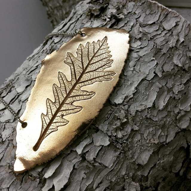 Collier d'inspiration nature présentant une feuille de chêne. (Crédit photo: Brelokz sur Etsy)