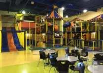 Labyrinthe de tuyaux, glissades et trampolines. Un espace 3 ans et moins y est aussi aménagé.