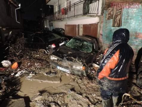 """Стръмните улици на ромския квартал """"Аспарухово"""", 2.30 ч. в нощта на бедствието. Публикуваме снимките на Спас Спасов със съгласието на """"Дневник""""."""