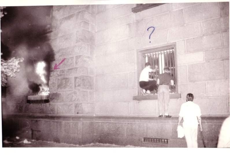Подпалването на партийния дом. Снимката е предоставена от Малина Петрова.