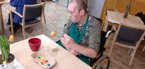 Vorlage für den Osterhasen, ein angemaltes Ei im ASPIDA Pflegecampus Plauen