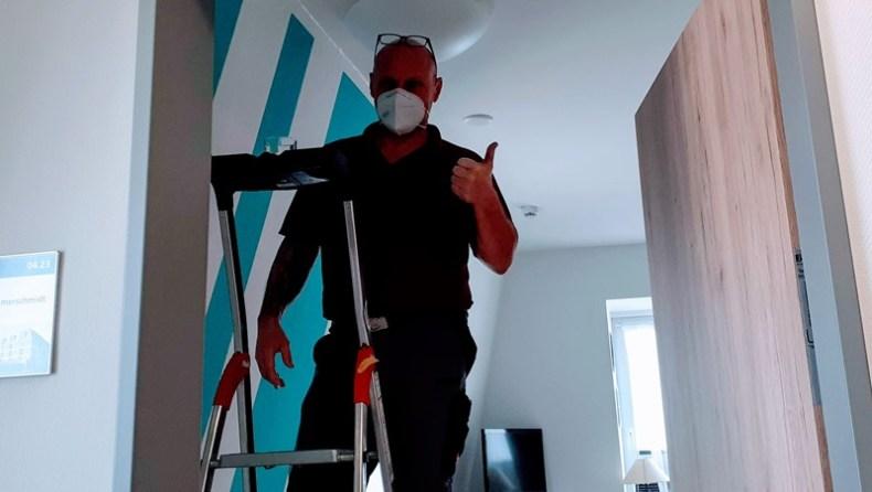 Haustechniker beim Malern im ASPIDA Pflegecampus Plauen