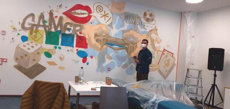 .In mühevoller Detailarbeit gestaltete André Wolf unser neues Video / Spiele Zimmer im ASPIDA Pflegecampus Plauen.