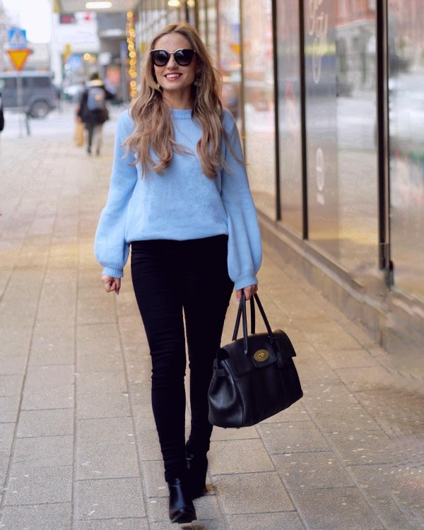 blå pullover med fin detalj
