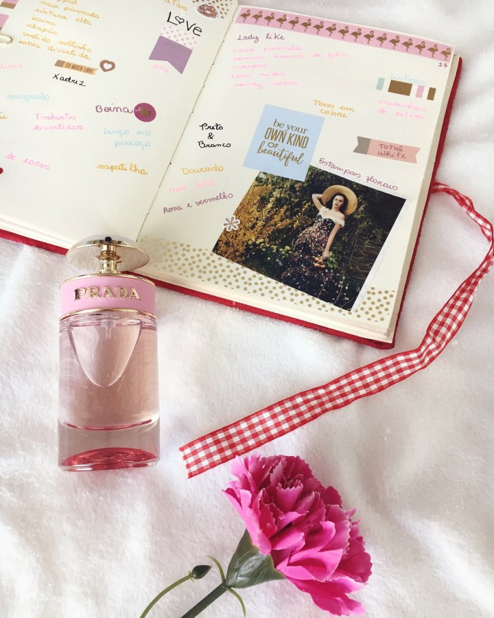 Flat lay_Prada Candy e página do meu bullet journal