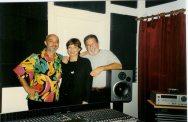 Durante el MIDEM en Miami, se reunen Alfonso Delgado (Warner España) y María Juliana en el estudio de Vicente Rojas.