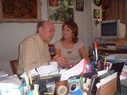 María Juliana emocionada escucha las historias sobre cómo él se inspiraba en los temas que escribía.