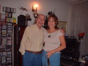 """María Juliana tuvo la oportunidad de visitar en diciembre (2006) a su amigo Don Mario Clavell, uno de los compositores más gloriosos de Argentina (canciones como """"Somos"""", """"Abrazame Así"""") en su oficina de Buenos Aires."""