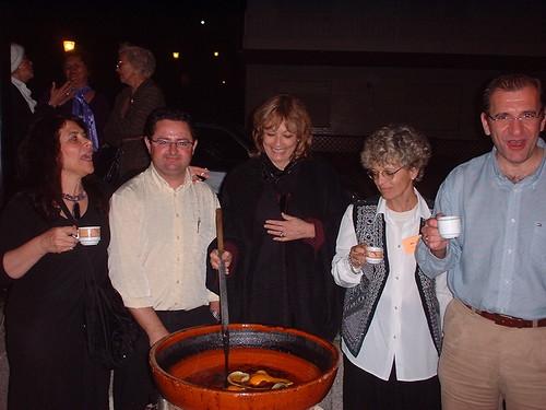 La hospitalidad del pueblo gallego no se hizo esperar, María Juliana junto a la escritora Cristina Ramallo siguen las instrucciones del Alcalde de Nigran (derecha)