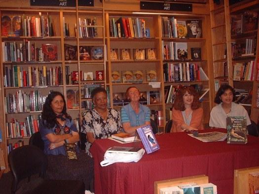 Las ponencias magistrales estuvieron a cargo de Gloria Mendoza Borda (Perú), Nancy Morejón (Cuba), Angélica Gorodischer (Argentina), Gioconda Belli (Nicaragua) y Priscila Gas Artiga (Puerto Rico). En la foto aparecen en un conversatorio en la librería Borders.