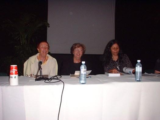 Angélica Gorodischer, Loreina Santos Silva y Gloria Mendoza Bordas presentando sus trabajos en Mayaguez