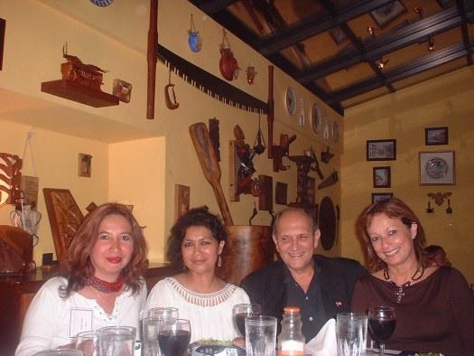 Leticia Luna, Elizabeth Cassesus y Maria Juliana comparten con el escritor Salvador Tió durante la presentación.