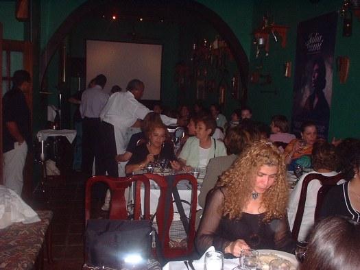 Grupo de escritoras durante la cena y proyección de la película