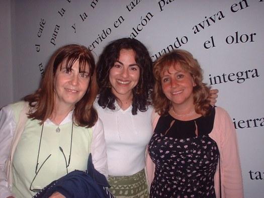 Las escritoras Perla Suez(Argentina), Kattia Chico (Puerto Rico) comparten con la escritora y periodista colombiana Adriana Herrera quien viajara a PR a cubrir el encuentro para el periódico El Herald de Miami.
