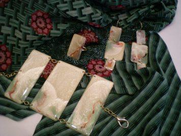 Parure in resina con effetti marmorei color menta, perla e rubino