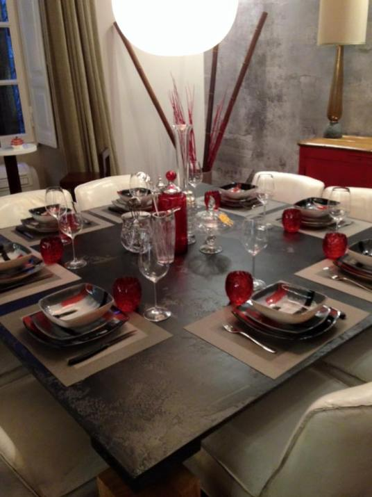 Servizio piatti quadrato nei colori alternati grigio,rosso,bianco,nero.