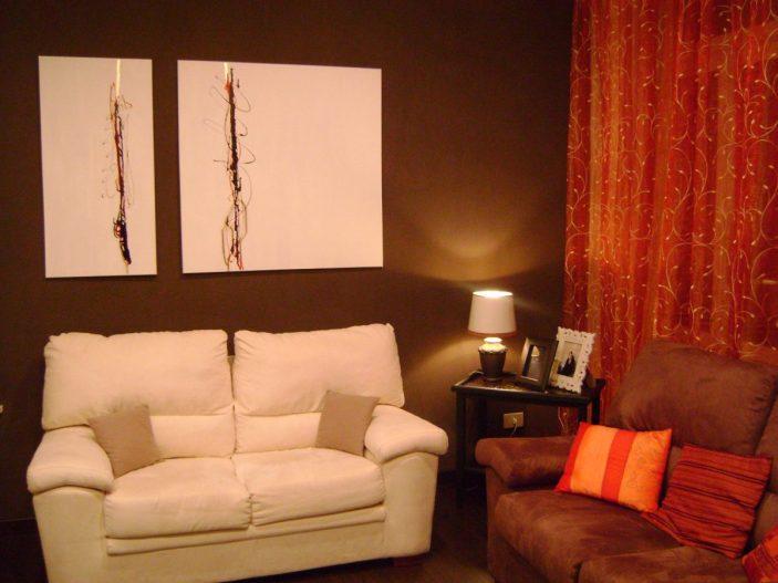 Il quadro bianco e il divano illuminano la parete caffè