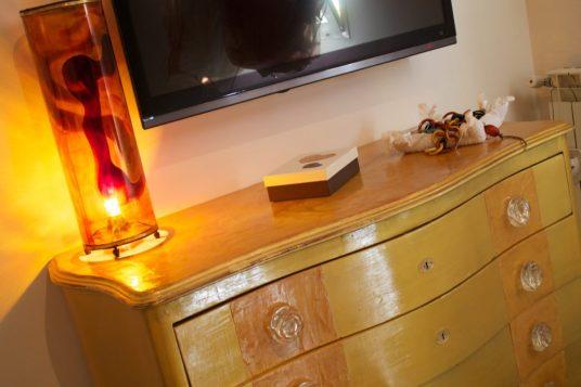 Ocra e oro per il comò della camera da letto. La resina per le maniglie e la lampada