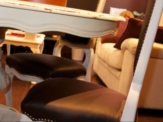 Restyling mobili tavolo pranzo shabby con sedie rivestite in ecopelle