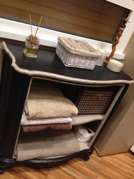 Restyling di una piccola libreria utilizzata come contenitore per gli asciugamani