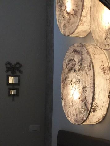 Applique tamburo la leggerezza del tessuto lavorato con tecnica mista crea nell'ambiente una illuminazione soffusa.