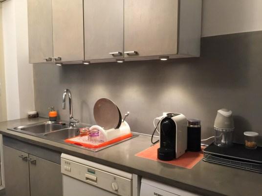 Restyling cucina: cucina zona lavello dopo. I vecchi sportelli sono stati sostituiti con pannelli mdf rivestiti in resina.