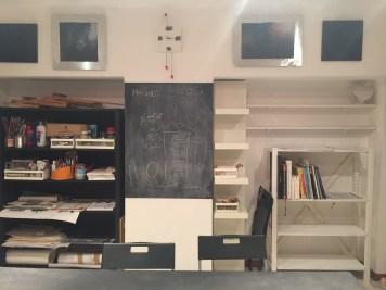 I quadri sono stati finalmente collocati. Le due scaffalature riverniciate in nero uno e bianco l'altra.
