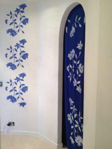 Fiori bianchi per la tenda blu tutto decorato da lei anche il tessuto