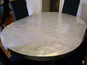 Il tavolo è diventato protagonista donando luce all'ambiente